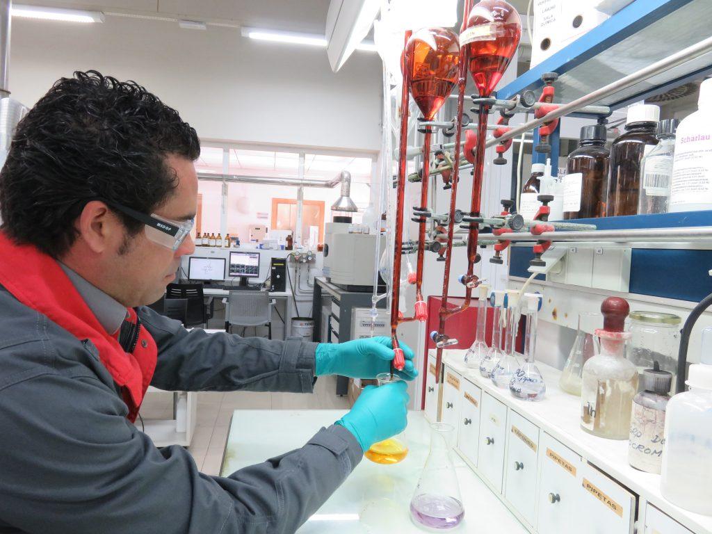 La Cátedra de la Fundación Cepsa y la UCA estrechan su colaboración con la firma de dos tesis industriales